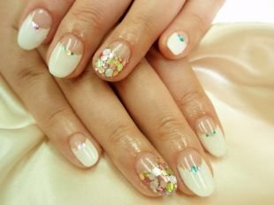 Свадебный маникюр на короткие ногти, белый лунный маникюр с разноцветными блестками