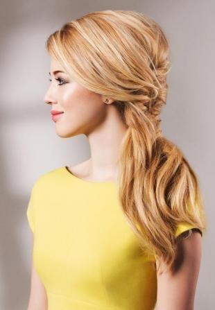 Цвет волос медовый блонд, прическа на длинные волосы для строгого дресс-кода
