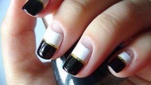 Дизайн ногтей с фольгой, черно-белый френч с золотистой каемкой