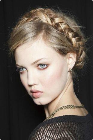 Русый цвет волос, простая прическа с косой на средние и длинные волосы