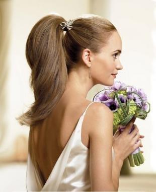 Натурально русый цвет волос, свадебная прическа на основе высокого конского хвоста