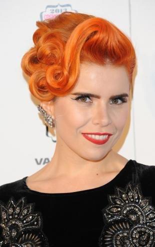 Холодно рыжий цвет волос на длинные волосы, вечерняя прическа в винтажном стиле