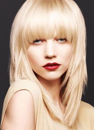 Цвет волос перламутровый блондин, стрижка каскадом с длинной прямой челкой