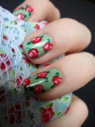 Мятный маникюр, красные розы на зеленых ногтях