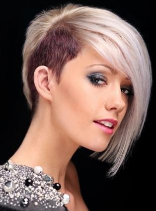 Цвет волос серебристый блондин, короткая стрижка с двухцветным окрашиванием
