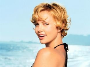 Цвет волос медовый блонд на короткие волосы, короткие стрижки для женщин после 40 лет - небрежные кудри