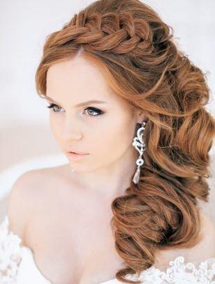 Светло коричневый цвет волос, роскошная свадебная прическа с локонами и косой-ободком