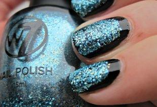 Дизайн ногтей с блестками, черный маникюр с синими блестками на коротких ногтях