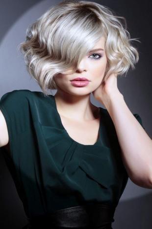 Жемчужный цвет волос на средние волосы, стильная стрижка на вьющиеся волосы