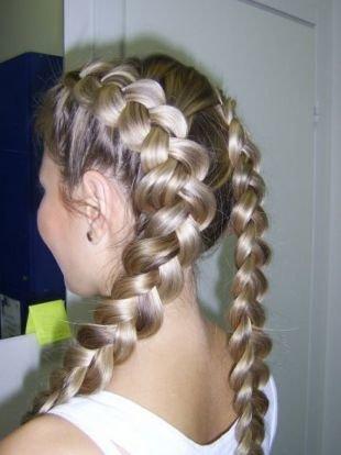 Пшеничный цвет волос, прическа на основе обратной французской косы