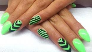 Зеленый маникюр, яркий зеленый маникюр с геометрическим узором