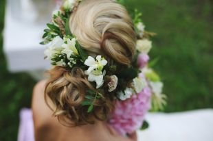 Свадебные прически с цветами, романтический стиль свадебной прически для длинных волос