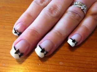 Классический маникюр, белый шеллак френч с черными бантиками