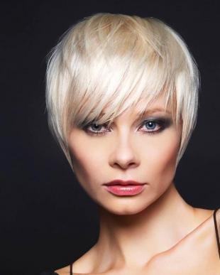 Цвет волос перламутровый блондин, стильная вечерняя укладка короткой стрижки