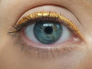 Макияж для рыжих с голубыми глазами, модный макияж с золотыми стрелками