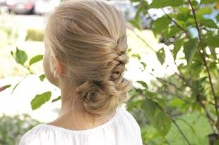 Песочный цвет волос, прическа с плетением для девочки