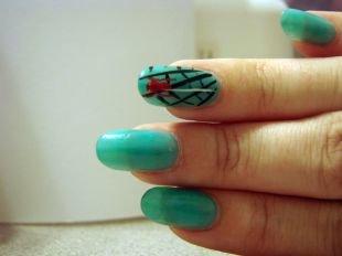 Необычные рисунки на ногтях, голубой маникюр с черной паутиной и красным пауком