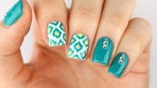 Геометрические рисунки на ногтях, модный маникюр на лето