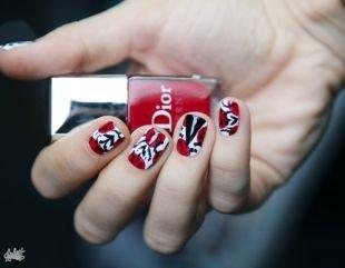 Современные рисунки на ногтях, необычный бело-красный маникюр с черным орнаментом
