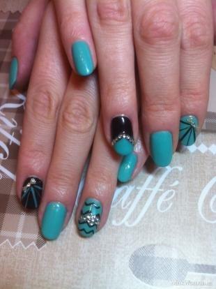 Рисунки блестками на ногтях, сочетание голубого и черного лаков для дизайна ногтей