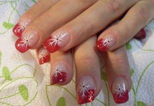 Новогодние рисунки на ногтях, красный френч с блестками и белыми снежинками