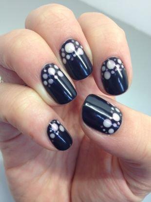 Молодёжные рисунки на ногтях, черный маникюр с белыми пятнами