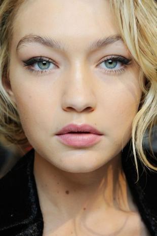 Макияж для опущенных уголков глаз, естественный макияж со стрелками