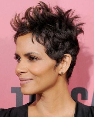 Цвет волос темный шатен, укладка стрижки пикси в небрежном стиле