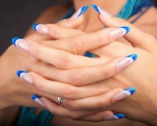 Дизайн гелевых ногтей, тройной френч в бело-синей гамме