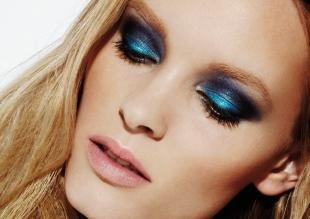 Макияж для карих глаз под синее платье, яркий макияж на дискотеку