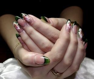 Рисунки на острых ногтях, зеленый французский маникюр с китайской росписью