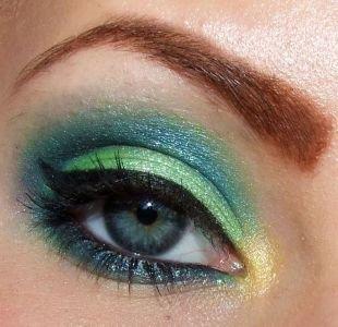 Макияж для голубых глаз под голубое платье, тени синей и зеленой цветовой гаммы для серых глаз