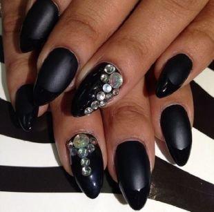 Дизайн ногтей, необычный черный френч на черной матовой основе со стразами