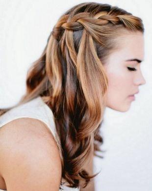 Прически с плетением на выпускной на длинные волосы, прически с косами на выпускной - французский водопад