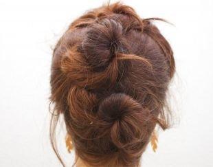 Цвет волос шатен, прическа на 1 сентября из двух пучков
