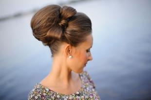 Цвет волос капучино, прическа бабетта с бантом из волос